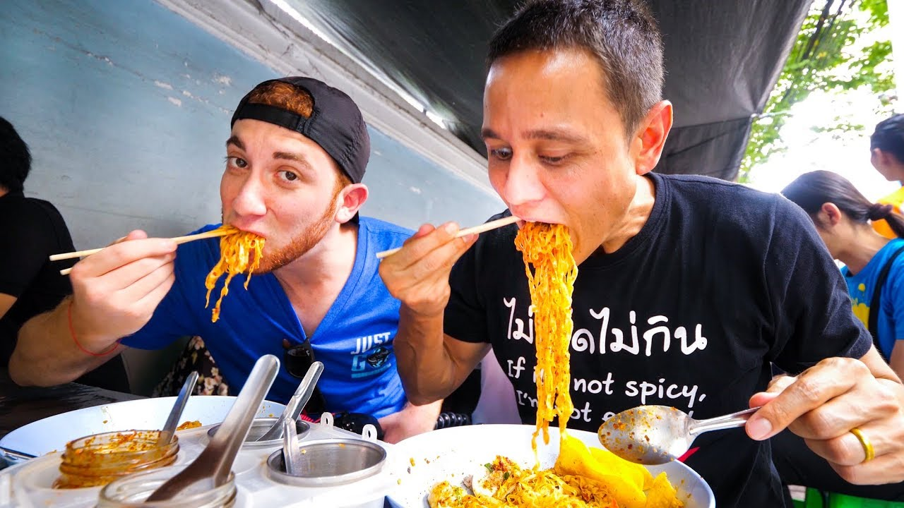 Thai Street Food in Bangkok – MOST POPULAR LUNCH Noodles in Downtown Silom, Thailand!