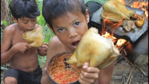 Primitive Technology – Eating delicious – Cooking chicken and eggs on a rock